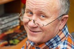 Hombre mayor ocasional con los vidrios. Foto de archivo libre de regalías