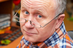 Hombre mayor ocasional con los vidrios Imagenes de archivo