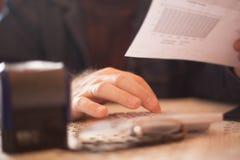 Hombre mayor ocupado que calcula y que hace la investigaci?n imagen de archivo libre de regalías