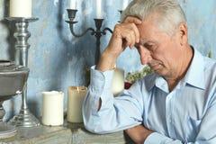 Hombre mayor pensativo Fotos de archivo