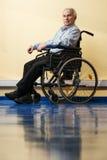 Hombre mayor pensativo en silla de ruedas Foto de archivo libre de regalías