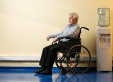 Hombre mayor pensativo en silla de ruedas Fotografía de archivo libre de regalías