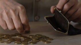 Hombre mayor pobre que pone monedas en la cartera, inseguridad social, sueldos bajos, presupuesto almacen de video