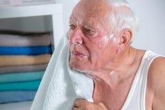 Hombre mayor que afeita su barba Imágenes de archivo libres de regalías
