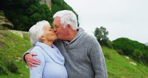 Hombre mayor que besa a la mujer mayor metrajes