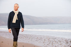 Hombre mayor que camina a lo largo de la playa del invierno Imagenes de archivo