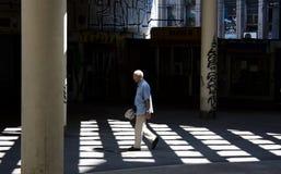 Hombre mayor que camina solamente Fotografía de archivo