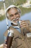 Hombre mayor que come café fotografía de archivo