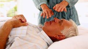 Hombre mayor que consigue terapia del reiki almacen de metraje de vídeo