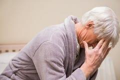 Hombre mayor que consigue un dolor de cabeza Imagenes de archivo
