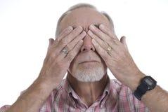 Hombre mayor que cubre sus ojos Imagen de archivo libre de regalías