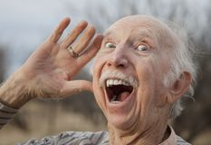 Hombre mayor que dice en voz alta un mensaje