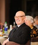 Hombre mayor que disfruta de un partido Fotografía de archivo