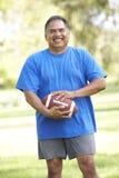 Hombre mayor que ejercita en parque Imagen de archivo