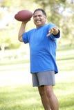 Hombre mayor que ejercita en parque Foto de archivo libre de regalías