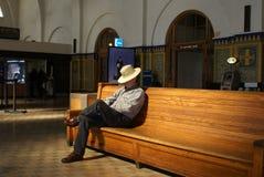 Hombre mayor que espera en la estación de tren Imagen de archivo libre de regalías