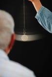 Hombre mayor que experimenta el tratamiento hypnotherapy Foto de archivo libre de regalías