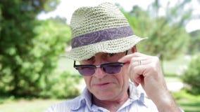 Hombre mayor que expresa diversas emociones a la cámara metrajes