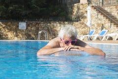 Hombre mayor que flota en el agua Foto de archivo