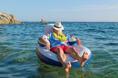 Hombre mayor que flota en el mar Fotografía de archivo libre de regalías
