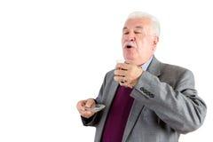 Hombre mayor que goza de una taza de té turco Imágenes de archivo libres de regalías