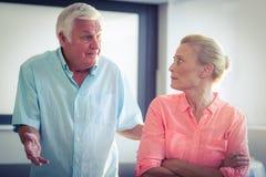 Hombre mayor que grita en mujer mayor Imagenes de archivo