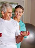 Hombre mayor que hace deportes de la rehabilitación Foto de archivo libre de regalías