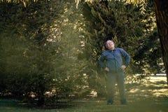 Hombre mayor que hace ejercicio físico en Green Park fotos de archivo