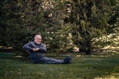 Hombre mayor que hace ejercicio físico en Green Park foto de archivo