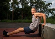 Hombre mayor que hace ejercicios del tríceps Imagen de archivo libre de regalías