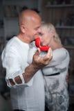 Hombre mayor que hace oferta a una más vieja mujer; Fotografía de archivo