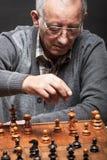 Hombre mayor que juega a ajedrez Fotografía de archivo