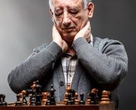 Hombre mayor que juega a ajedrez Foto de archivo