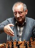 Hombre mayor que juega a ajedrez Fotografía de archivo libre de regalías