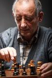 Hombre mayor que juega a ajedrez Imágenes de archivo libres de regalías