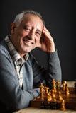 Hombre mayor que juega a ajedrez Fotos de archivo libres de regalías