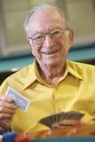 Hombre mayor que juega el puente Imagenes de archivo