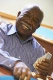 Hombre mayor que juega el puente Imagen de archivo libre de regalías