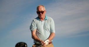 Hombre mayor que juega a golf metrajes