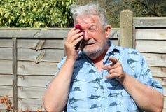Hombre mayor que llora y que señala el finger fotos de archivo libres de regalías