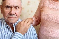 Hombre mayor que mira la cámara foto de archivo libre de regalías