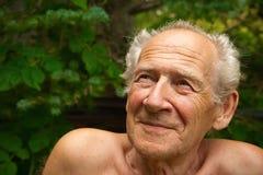 Hombre mayor que mira para arriba Fotografía de archivo