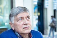 Hombre mayor que mira para arriba Foto de archivo libre de regalías