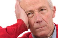 Hombre mayor que mira un dígito binario presionado foto de archivo libre de regalías
