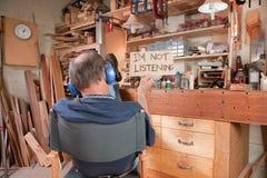Hombre mayor que no hace caso de su esposa Imagen de archivo libre de regalías
