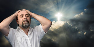 Hombre mayor que piensa en la fe y dios foto de archivo