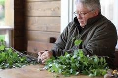 Hombre mayor que prepara la escoba de abedul para el baño Nothe tradicional Imagenes de archivo