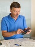 Hombre mayor que prepara la forma de impuesto de los E.E.U.U. 1040 para 2012 Foto de archivo libre de regalías