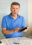 Hombre mayor que prepara la forma de impuesto de los E.E.U.U. 1040 para 2012 Imagenes de archivo