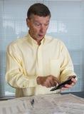 Hombre mayor que prepara la forma de impuesto de los E.E.U.U. 1040 para 2012 Foto de archivo